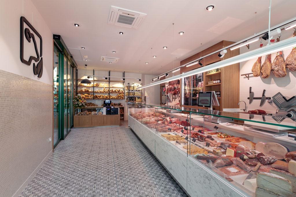 Carnicería Alberto con vitrina moderna y minimalista